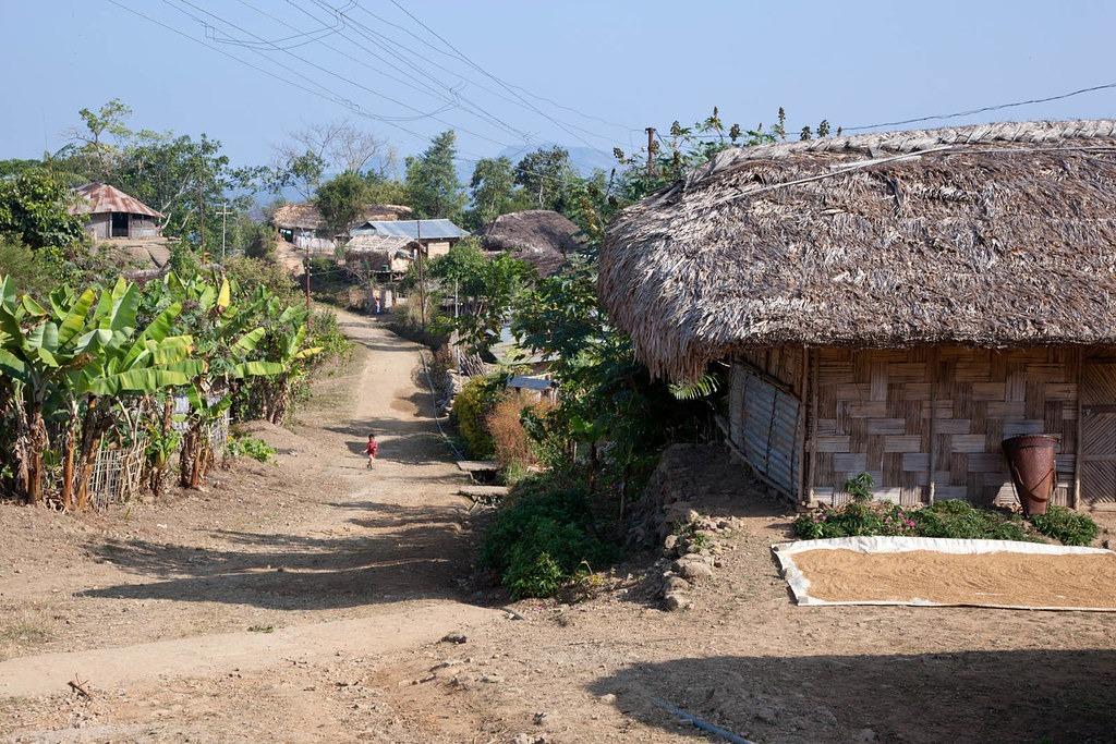 Chui Village, Mon